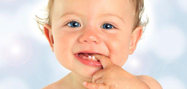 Calmar a un bebé al que le salen los dientes